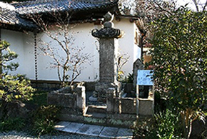 The tomb was built by Shokoin, the wife of Tokugawa Tadanaga (the younger brother of the third shogun Tokugawa Iemitsu).